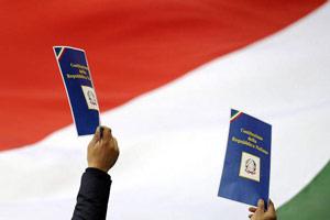 bandiera-italiana-con-la-copia-della-costituzione2